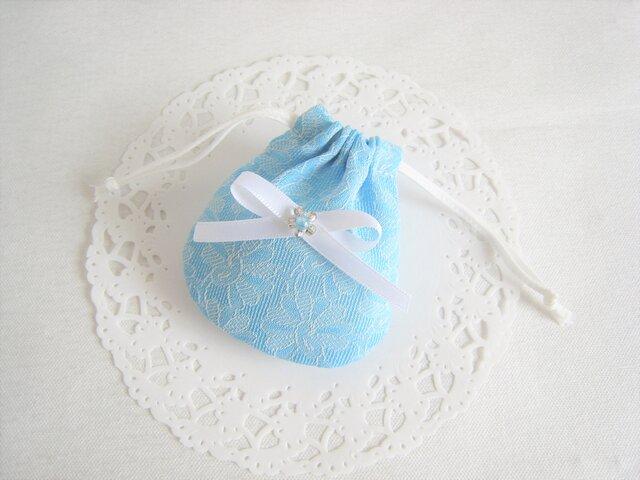 可愛いリボンを付けた花柄レースのミニ巾着袋(水色)の画像1枚目