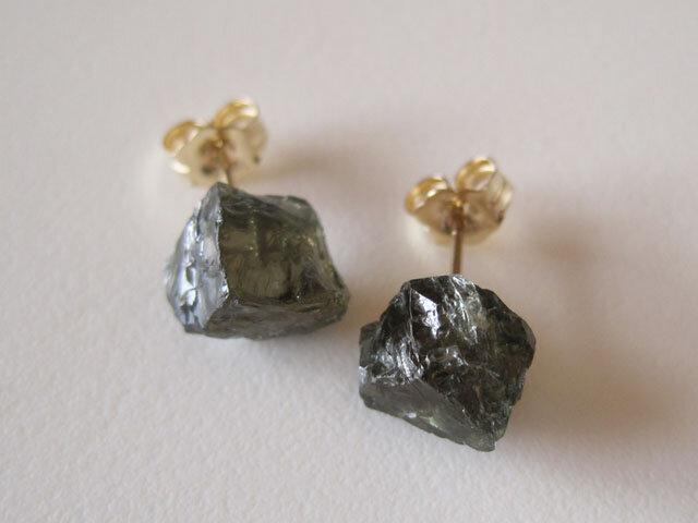 コーネルピンの原石ピアス/Madagascar 14kgfの画像1枚目