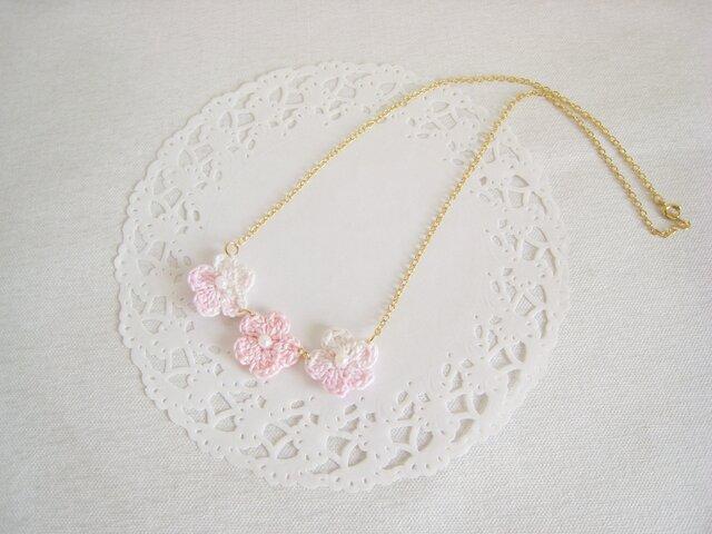 可愛いピンクのフラワーモチーフネックレス(ゴールド色チェーン)の画像1枚目