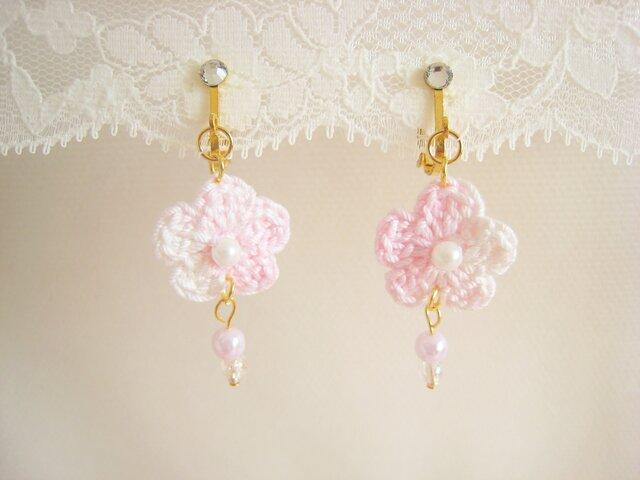 可愛いピンクのフラワーイヤリングの画像1枚目