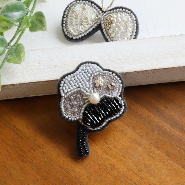 パールとビーズと刺繍のお花、オートクチュール刺繍のブローチ、marukoさんの画像1枚目