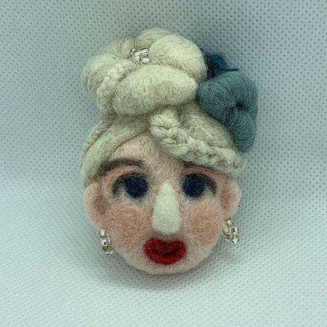 大人ブローチ(白い髪の花まとめ髪さん)の画像1枚目