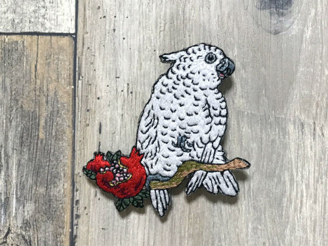 手刺繍浮世絵ブローチ*小原古邨「柘榴に鸚鵡」の画像1枚目
