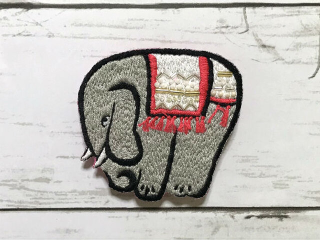 手刺繍浮世絵ブローチ*鍬形蕙斎「鳥獣略画式」の象の画像1枚目