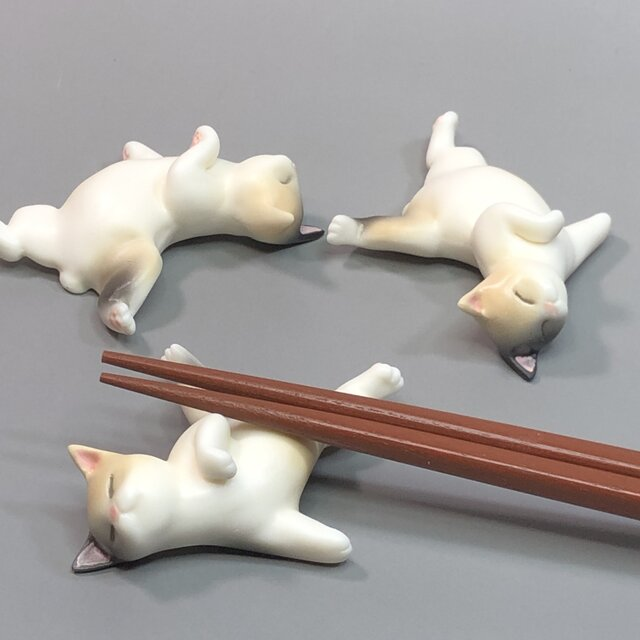 ぐうたらネコ箸置き(パステル三毛)の画像1枚目