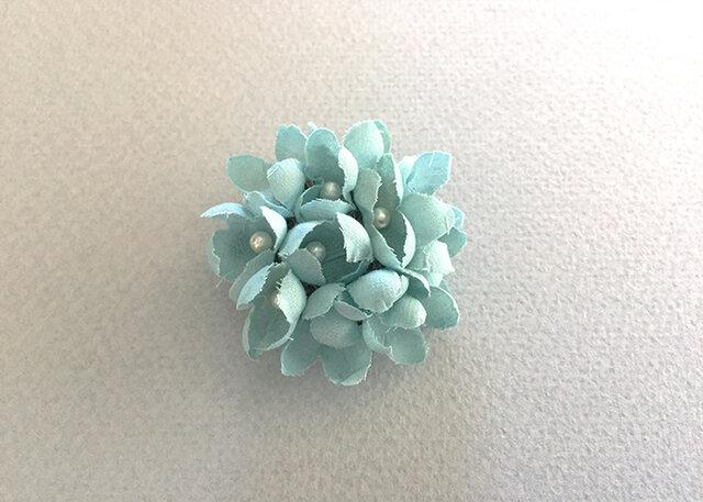 布花とパールのブローチ/ブルーの画像1枚目