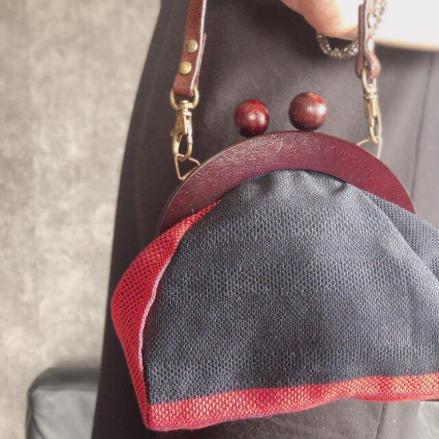 お値下げ6300円→3500円 着物リメイク 帯バッグ  紺色と朱色のがま口バッグの画像1枚目