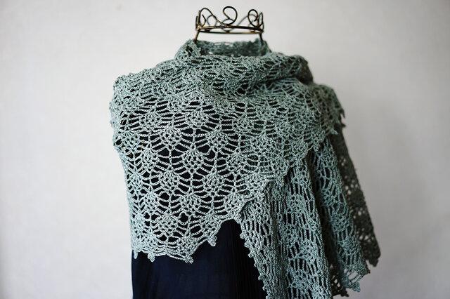 リネン糸のパイナップル編み台形ストール(アンティーグリーン)の画像1枚目