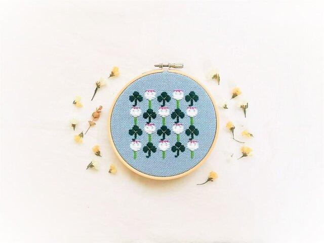 横糸刺繍キット「シロツメクサとクローバー」(木枠付き・針なし)の画像1枚目