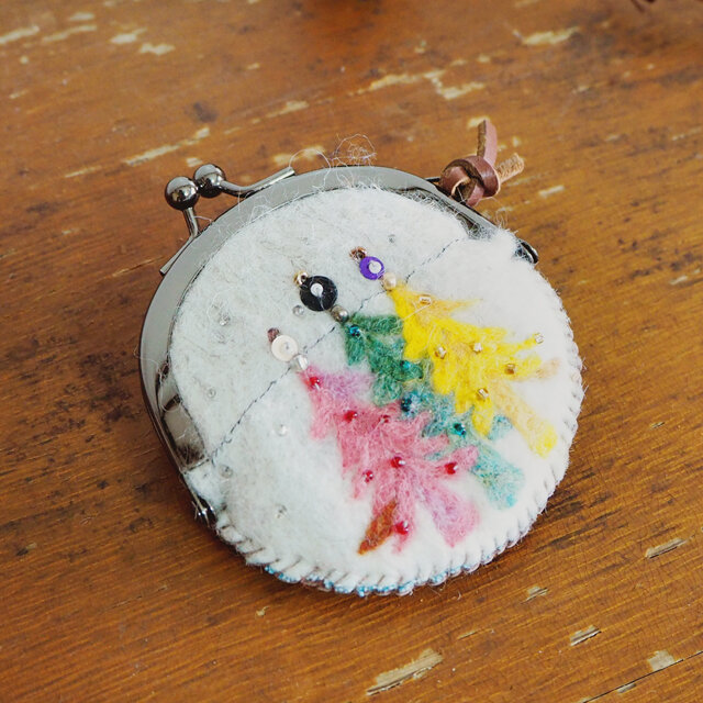 羊毛フェルト刺しゅうのミニがま口ケース(夢のある森)の画像1枚目