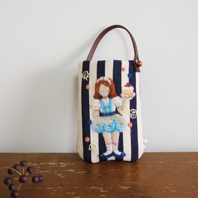 羊毛フェルト刺しゅうのスマホ・デジカメケース(スイーツを運ぶ女の子)の画像1枚目