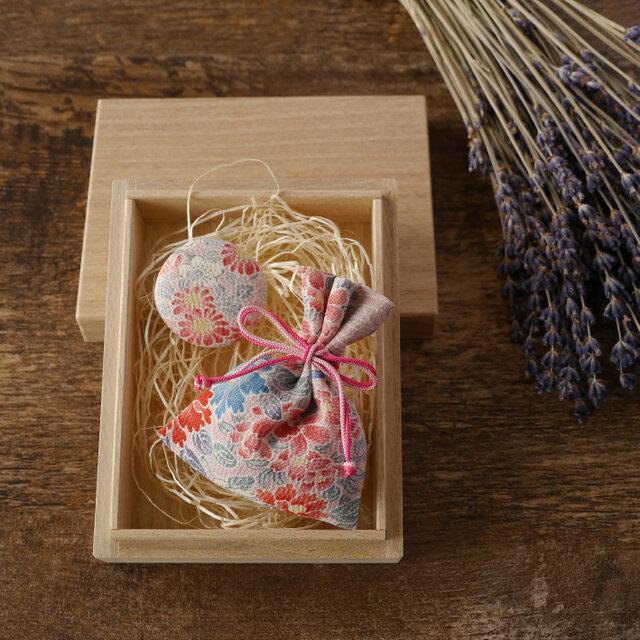 祝「令和」【ギフト】桐の小箱ときもの匂い袋・缶バッジセット めでた尽くしの画像1枚目