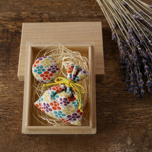 【ギフト】桐の小箱ときもの匂い袋・缶バッジセット 梅文の画像1枚目