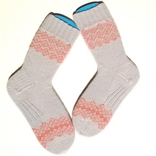 部分編み込みの手編み靴下 (ライトグレー&サーモンピンク) P001の画像1枚目