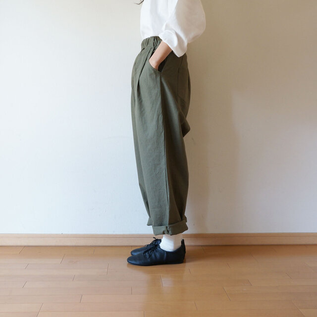 Cotton antique tuck pants KHAKIの画像1枚目