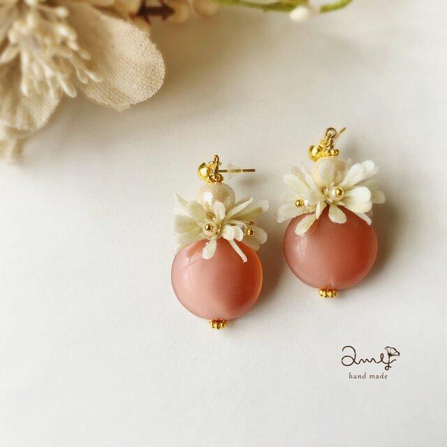 【送料無料】桜色チェコビーズと小花のおおぶりピアスorイヤリングの画像1枚目