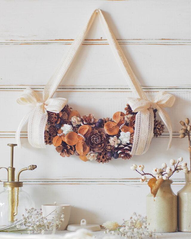 【トロッケンクランツ】木の実と白い小花のやさしいクレッセントリースの画像1枚目