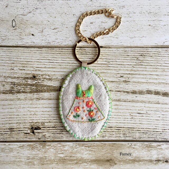 手刺繍バッグチャーム(マーガレットワンピース)の画像1枚目