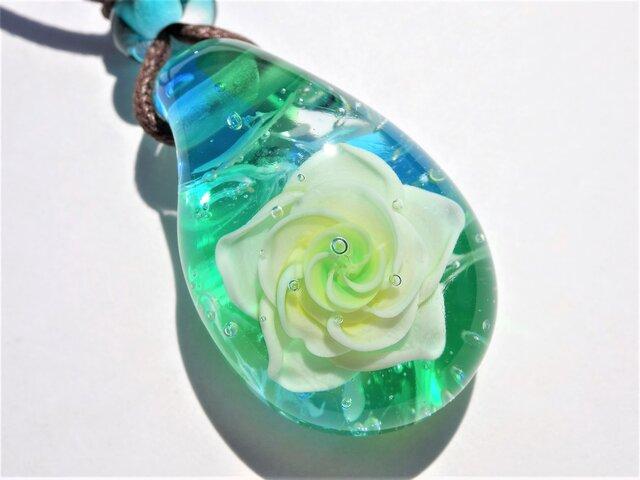 《Rose~Jade》 ペンダント ガラス とんぼ玉 花 薔薇 バラ ジェイド 母の日の画像1枚目