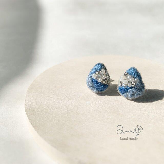 【送料無料】刺繍とビーズのピアス✴︎海のしずくの画像1枚目
