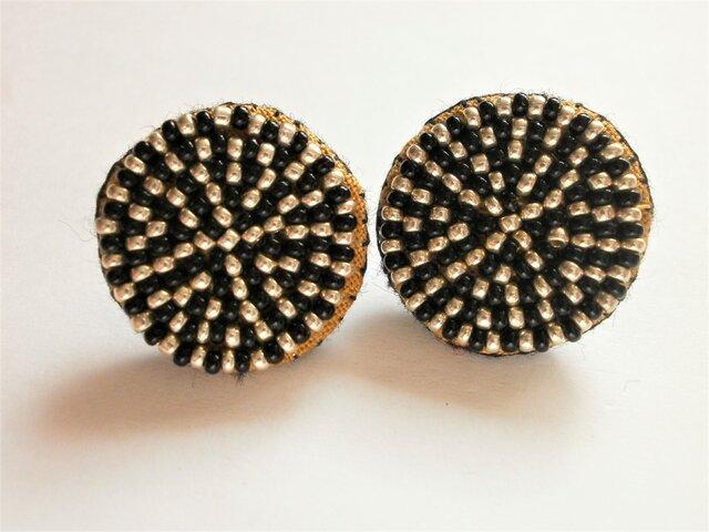 特小ビーズの丸模様刺繍ピアス(黒×シルバー)の画像1枚目