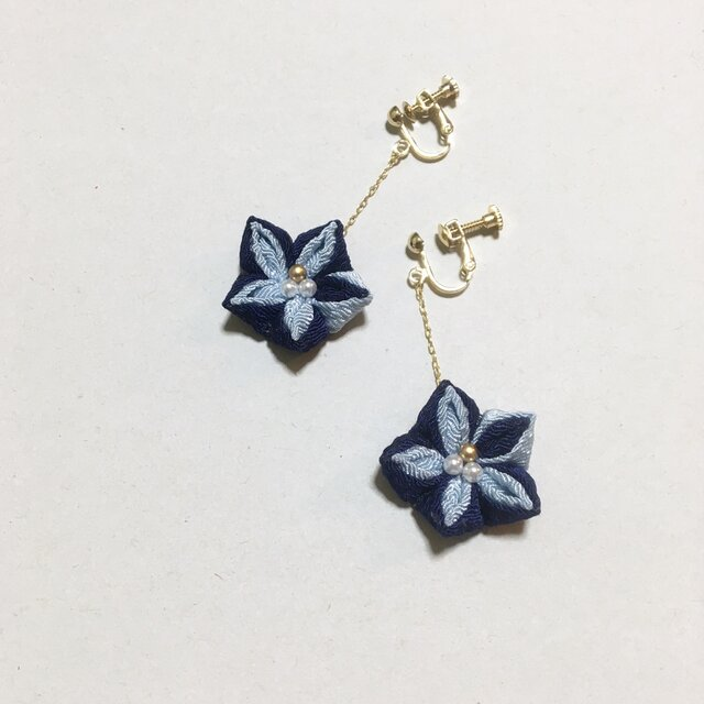 お花のイヤリング【ブルー】の画像1枚目