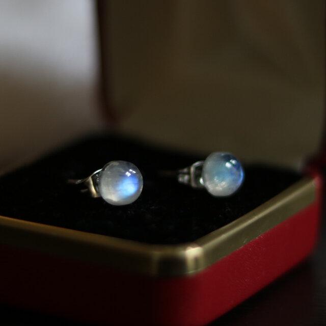 (一点もの)宝石質レインボームーンストーンのスタッドピアス(7mm・サージカルステンレス)の画像1枚目