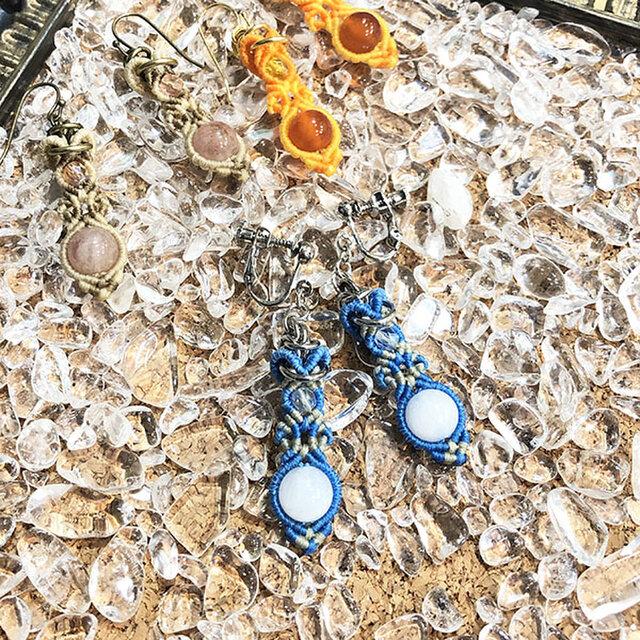 新色追加!天然石のマクラメ編みピアス&イヤリング【花瓶】ブルー系・ムーンストーンの画像1枚目