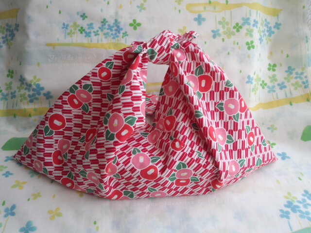【手縫い】あづま袋☆横32㎝☆矢絣椿レトロモダン柄☆紅色☆お弁当袋・バッグインbag・エコバックの画像1枚目