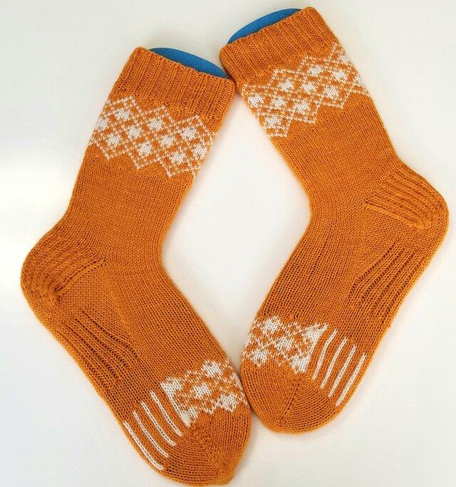 部分編み込みの手編み靴下 (オレンジ&ホワイト) P003の画像1枚目