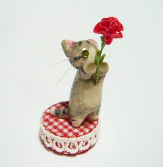 にゃんこのしっぽ〇母の日〇カーネーション〇さば白猫〇ミニチュアの画像1枚目