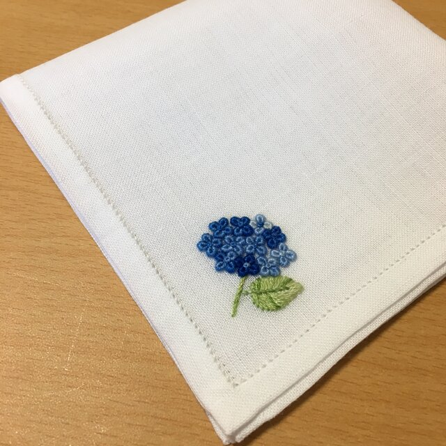 青い本紫陽花|薄手生地の手刺繍ハンカチの画像1枚目