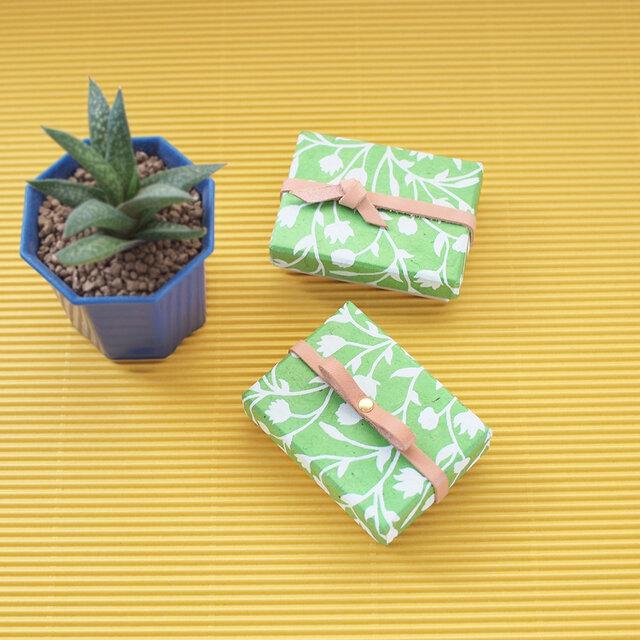 黄緑の花柄) 数量限定 革リボン&結び付 小さな ギフトボックスの画像1枚目