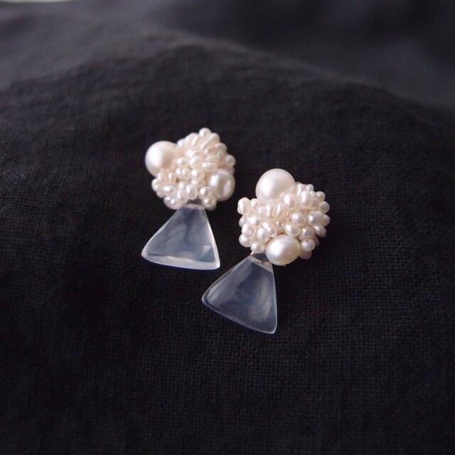 【真珠の刺繍ピアス】milky quartz × seed pearl(mix)の画像1枚目