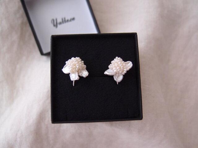 【真珠の刺繍イヤリング】petit petal × seed pearl(3piece)の画像1枚目