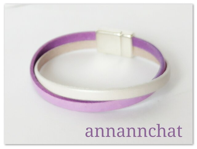 【ヨーロッパ製本革 ライラック & パールホワイト)二連クロスブレスレット】紫 白 マグネット留めの画像1枚目