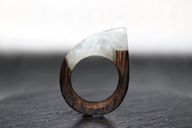 【送料無料】White Mable ~Resin Wood Ring~の画像1枚目