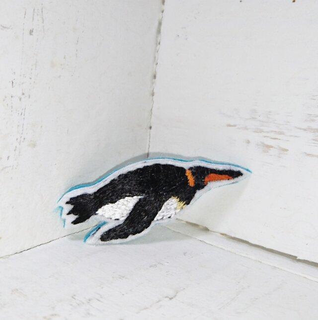 水の中を飛ぶペンギンちゃん*刺繍ブローチの画像1枚目