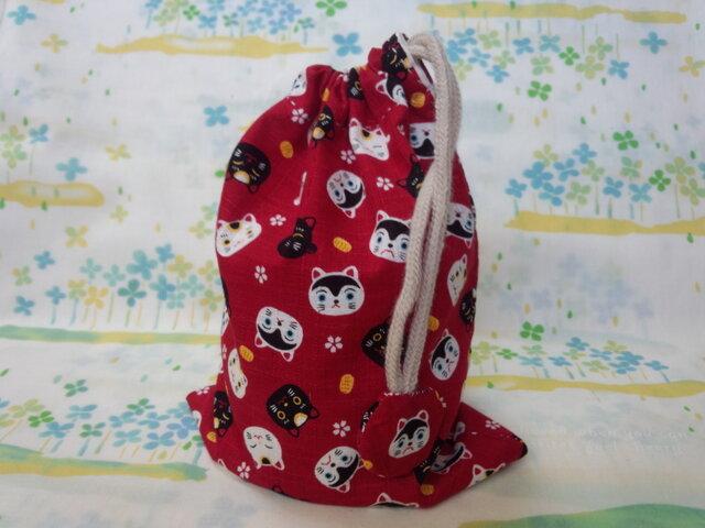 【手縫い】巾着袋☆和柄ねこ・紅色☆結目カバー付き☆20㎝×15㎝☆給食袋☆コップ袋☆おむすび袋の画像1枚目