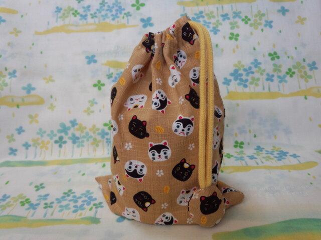 【手縫い】巾着袋☆和柄ねこ・黄土色☆結目カバー付き☆20㎝×15㎝☆給食袋☆コップ袋☆おむすび袋の画像1枚目