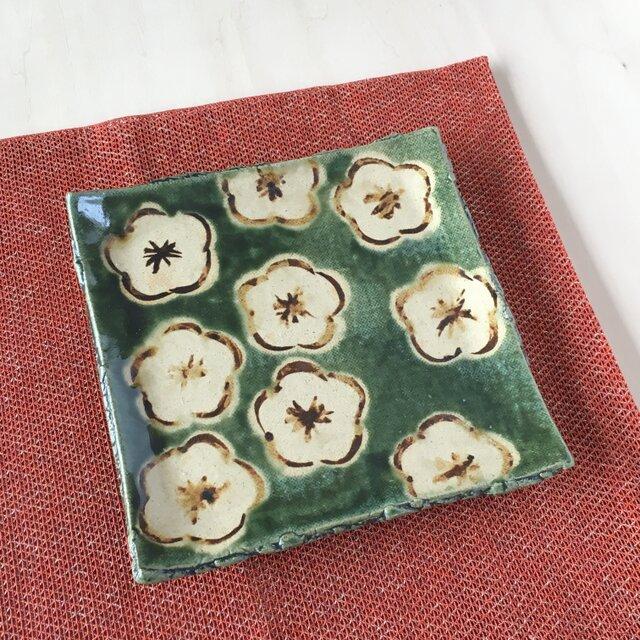 織部釉梅絵角皿 の画像1枚目