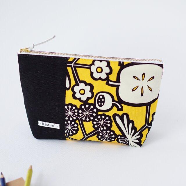 黄色と黒のビビッド花柄のマチ付きポーチ(内ポケット付き)の画像1枚目