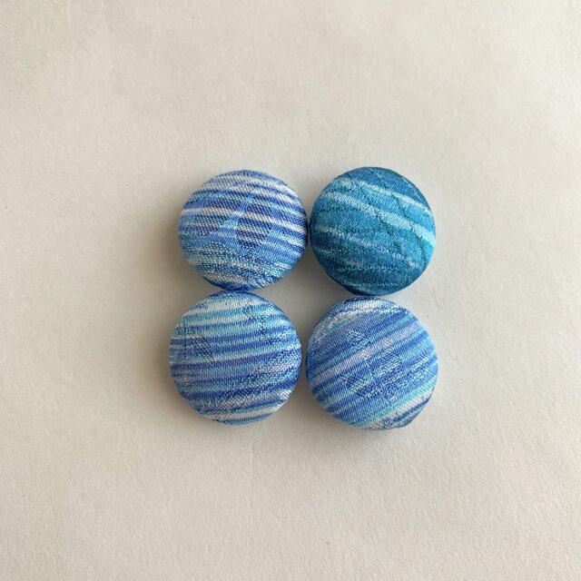 絹手染くるみボタン4個(18mm 青系)の画像1枚目