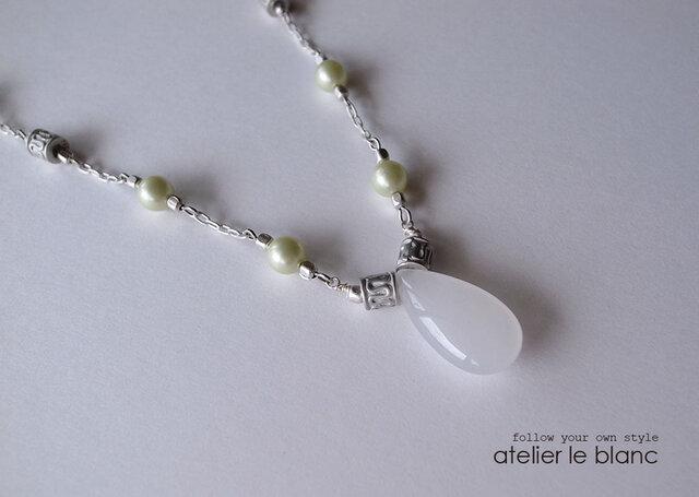 白葡萄 #1 ~ ホワイトジェイドのロングネックレス ~の画像1枚目