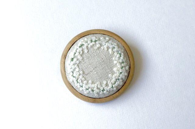 かすみ草のリース 木枠の刺繍ブローチの画像1枚目