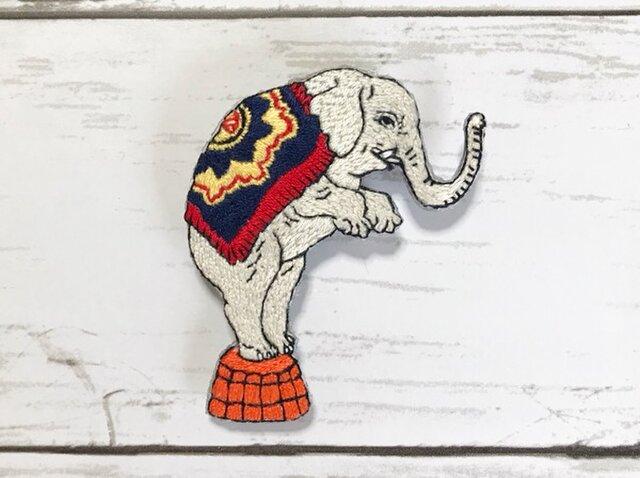 手刺繍浮世絵ブローチ*歌川政信「西洋チャリネ大曲馬ノ図」の象の画像1枚目