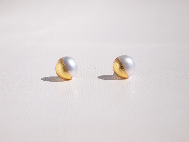 金箔とパールのスタッドピアス/Gold&White 8mmの画像1枚目
