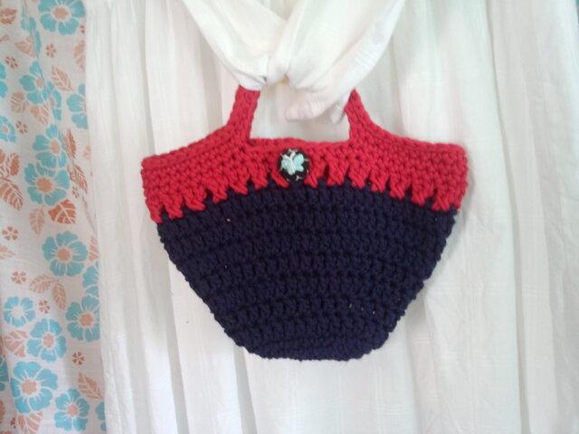 【手縫い屋】手編み☆グラニーバッグ☆コットン☆赤&紺色☆蝶刺繍包みボタン1つの画像1枚目