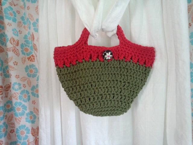 【手縫い屋】手編み☆グラニーバッグ☆コットン☆赤&深緑色☆花刺繍包みボタン1つの画像1枚目