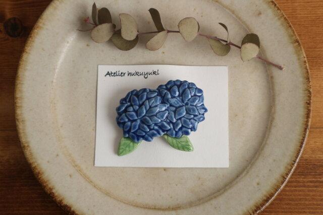 ブローチ 磁器で作った ふたつ紫陽花 ( 青色 )の画像1枚目